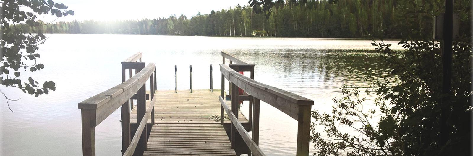 Laituri järven rannalla.