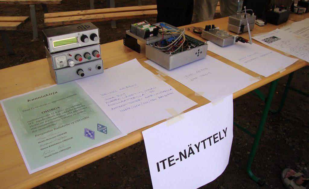 Itse tehtyjä radiolaitteita.