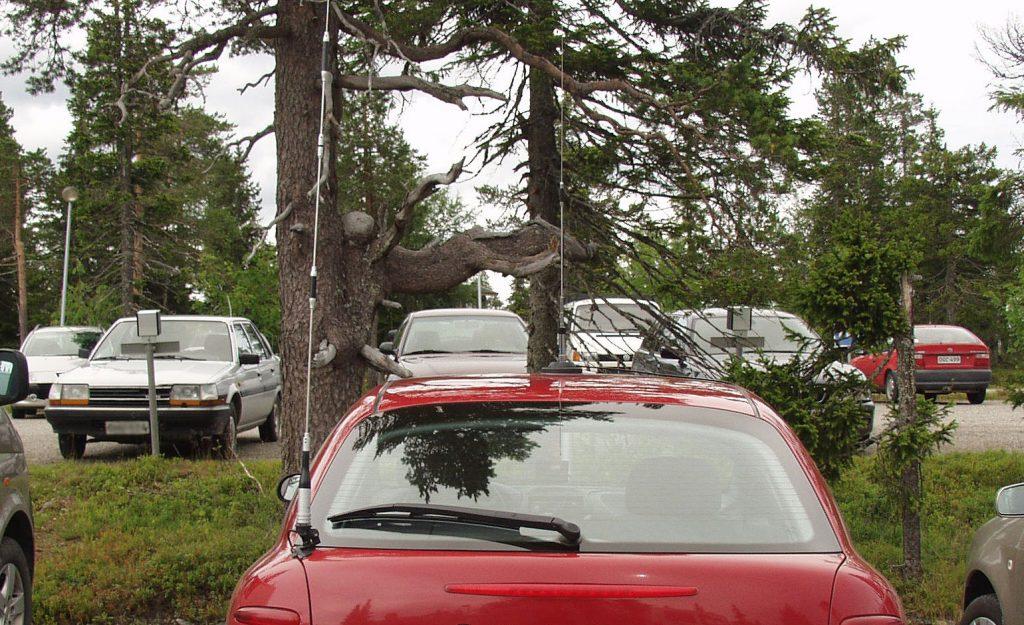 Autoja ja antenneja.