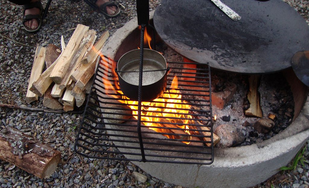 Kahvi valmistuu leirinuotiolla.