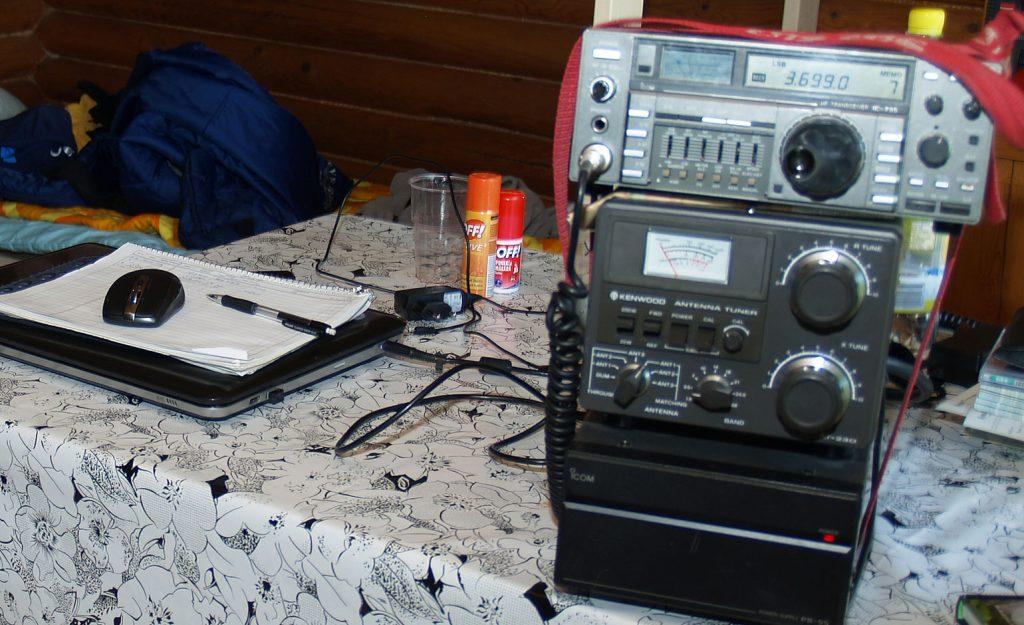 Radioita pöydällä.