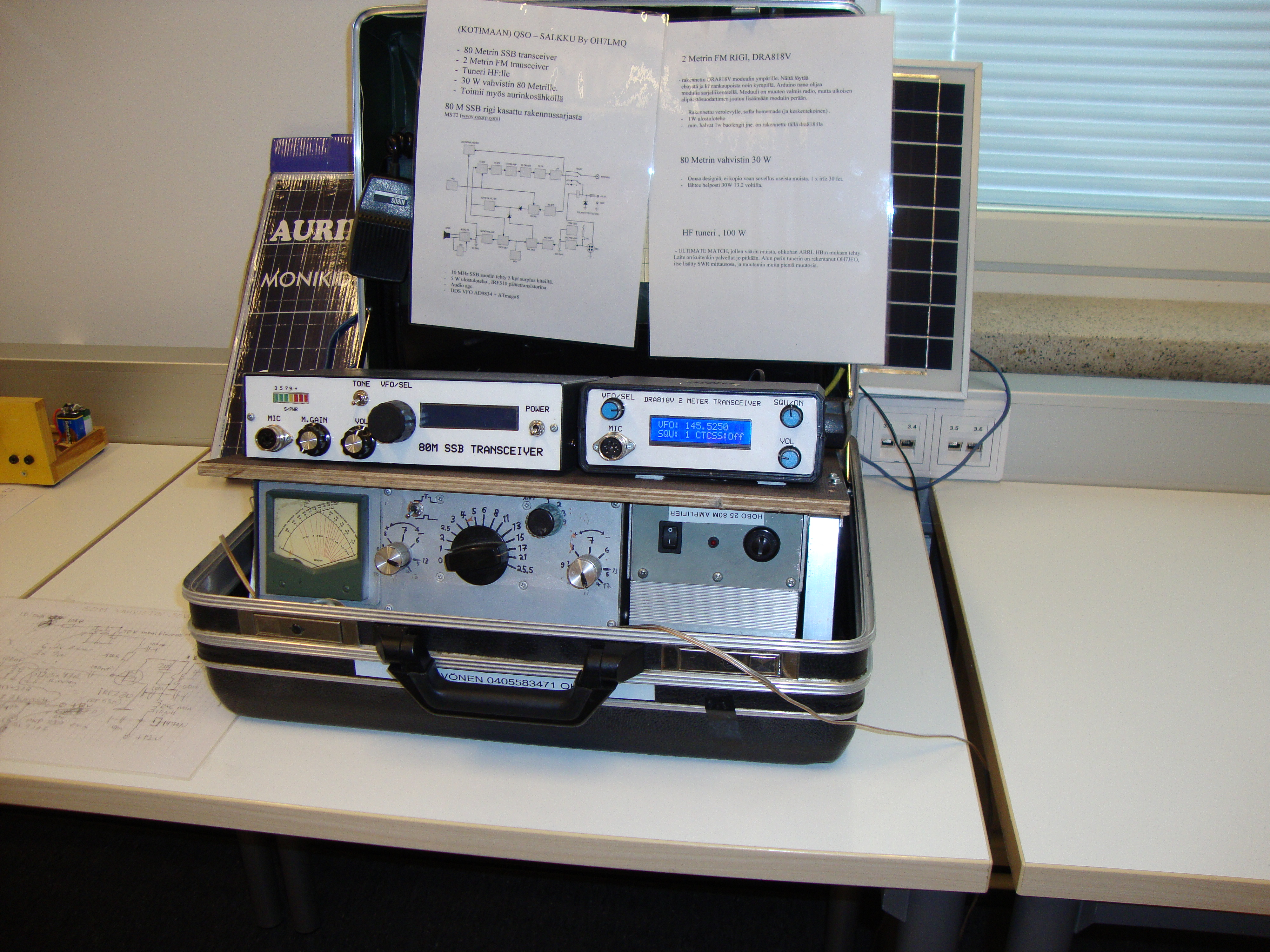 Radioita ja muita laitteita salkussa.