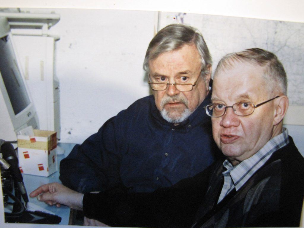 Jukka ja Vesa radioamatööriasemalla.