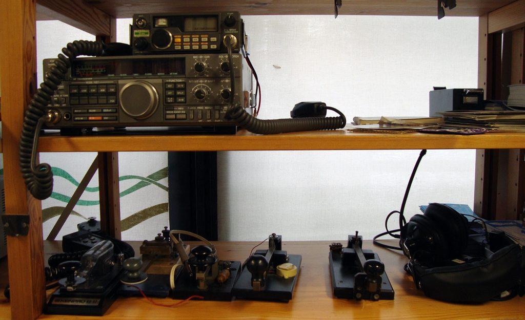 Radioita ja sähkötysavaimia.