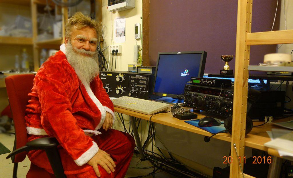 Joulupukki radioamatööriasemalla.