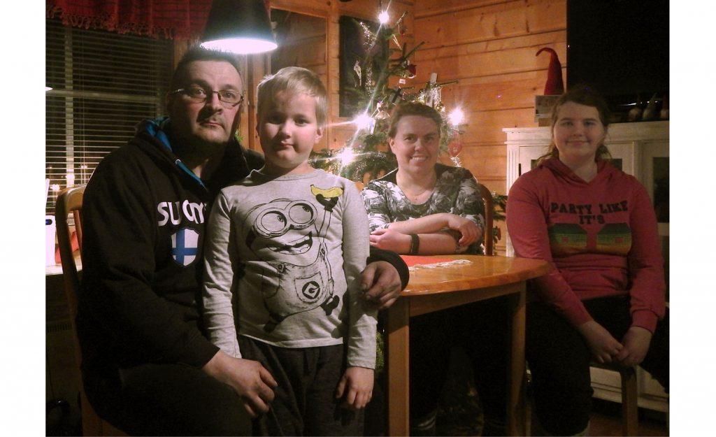 Mikan perhe ja joulukuusi.