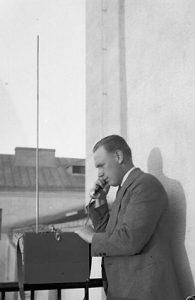Leo Antman ja kannettava radio parvekkeella