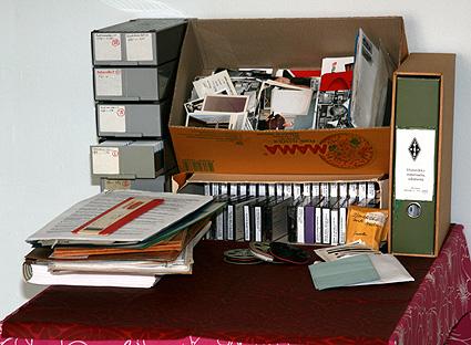 Dialaatikoita, mappeja, valokuvia, papereita.