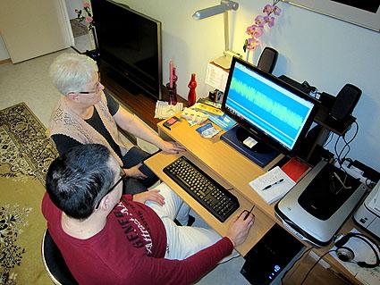 Ritva ja Harri asentavat ohjelmaa.