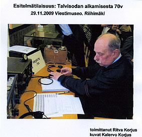Kannessa on kuva Heikki E. Heinosesta, OH3RU, vanhojen radioiden ääressä.