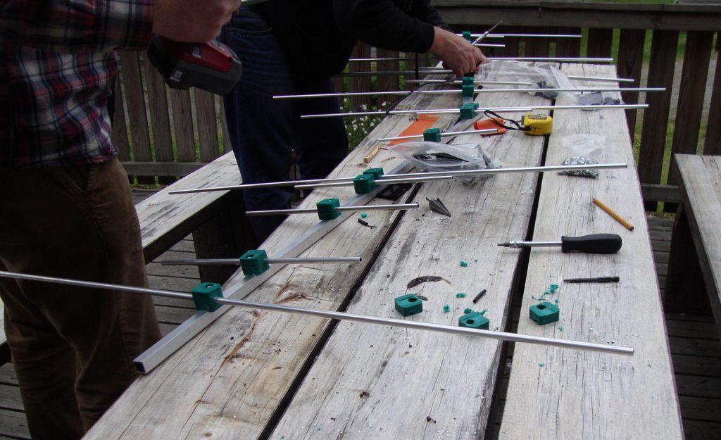 Pöydällä on keskeneräinen yagi-antenni.