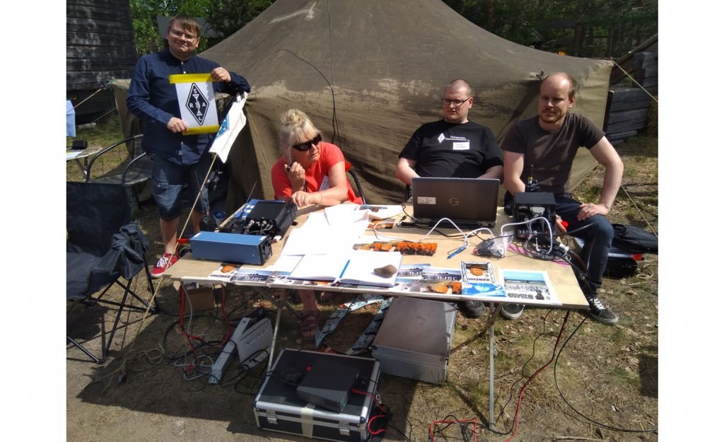 Radioamatööriasema ulkona pöydällä puolijoukkueteltan edessä.