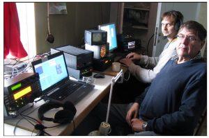 Martti ja Juha radioamatööriasemalla.