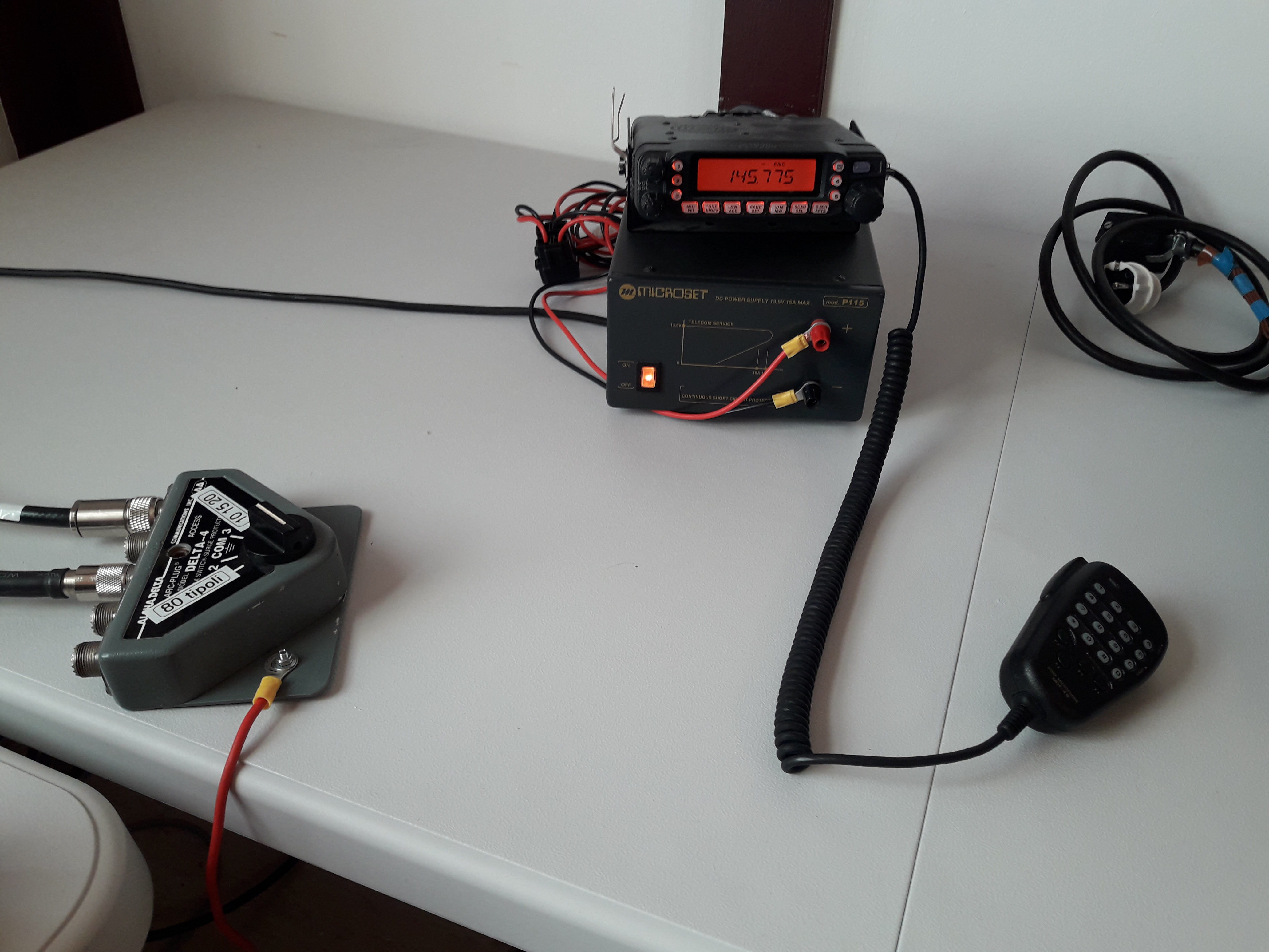 Musta, pieni radio.