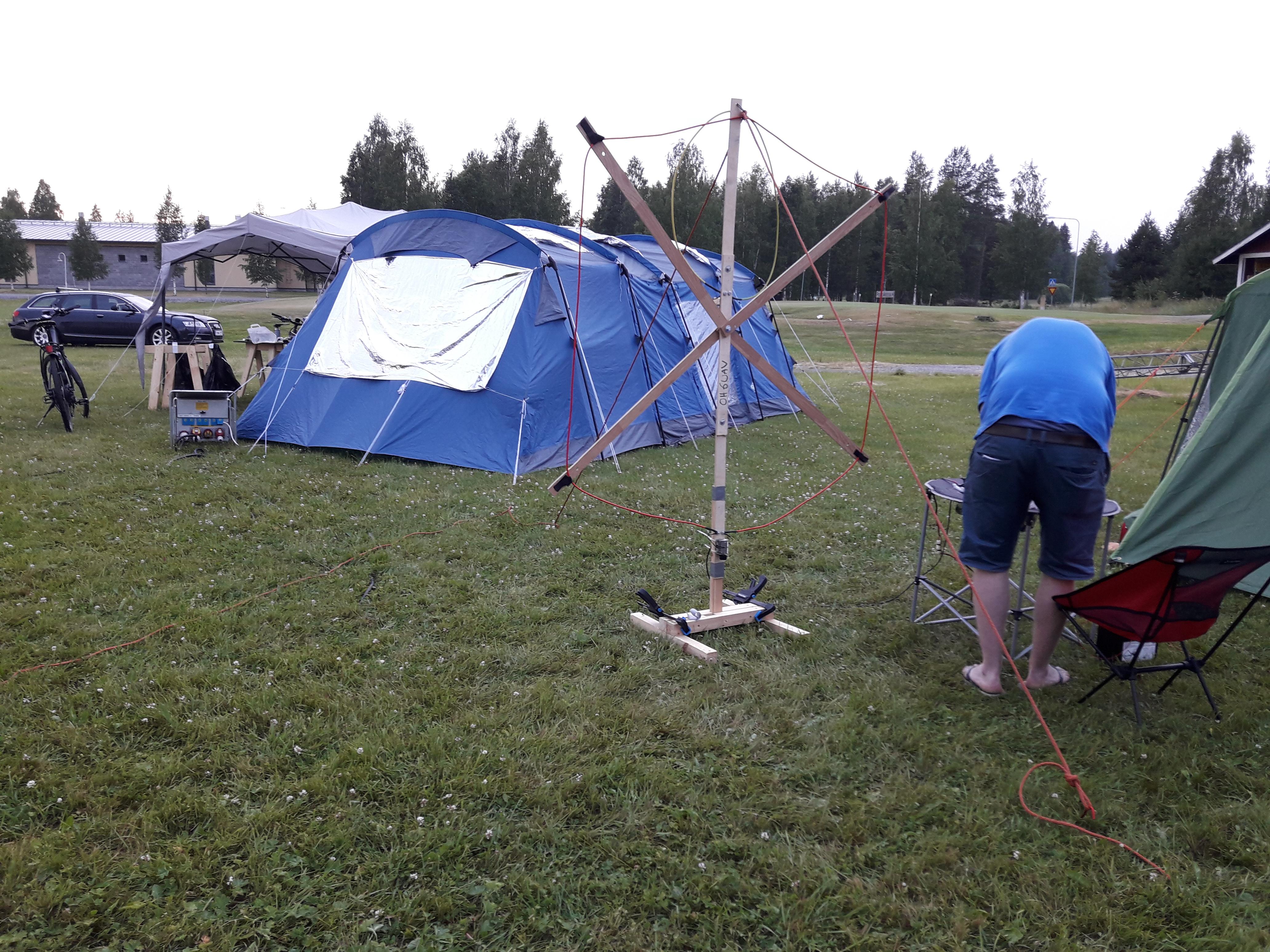 Teltta ja erikoinen antenni.