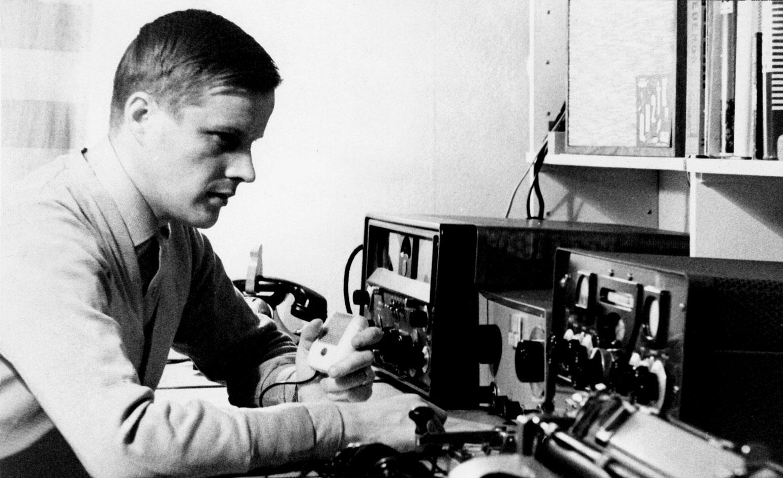 Osmo A. Wiio radioamatööriasemalla.