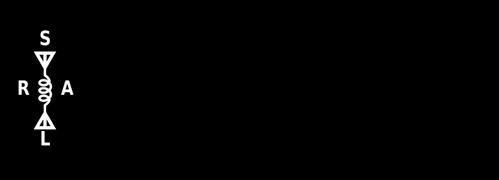 Suomen Radioamatööriliiton salmiakin muotoinen logo, jossa on muun muassa kelan symboli sekä kirjaimet SRAL.